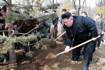 150303 - SK - KIM JONG UN - Marschall KIM JONG UN pflanzte mit den Kampffliegern die Bäume an - 06 - 조선인민군 최고사령관 김정은동지께서 오중흡7련대칭호를 수여받은 조선인민군 항공 및 반항공군 제447군부대를 찾으시고 전투비행사들과 함께 식수를 하시였다