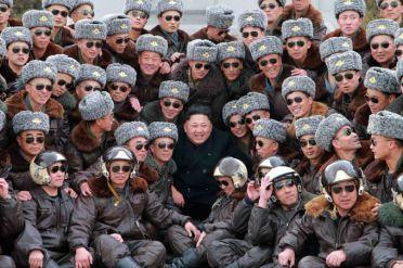 150303 - SK - KIM JONG UN - Marschall KIM JONG UN pflanzte mit den Kampffliegern die Bäume an - 12 - 조선인민군 최고사령관 김정은동지께서 오중흡7련대칭호를 수여받은 조선인민군 항공 및 반항공군 제447군부대를 찾으시고 전투비행사들과 함께 식수를 하시였다