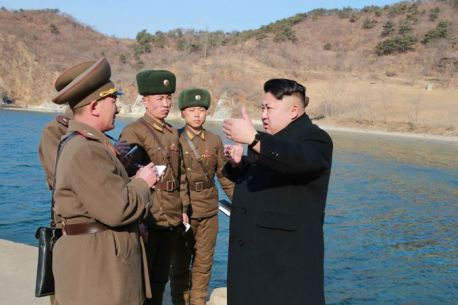 150312 - SK - KIM JONG UN - Inspektion einer Inselverteidigungskompanie durch Marschall KIM JONG UN - 01 - 조선인민군 최고사령관 김정은동지께서 동해안전방초소를 지키고있는 신도방어중대를 시찰하시였다
