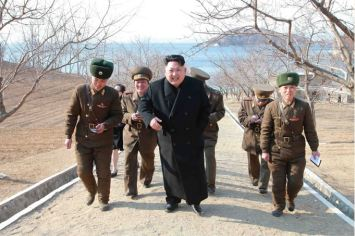 150312 - SK - KIM JONG UN - Inspektion einer Inselverteidigungskompanie durch Marschall KIM JONG UN - 03 - 조선인민군 최고사령관 김정은동지께서 동해안전방초소를 지키고있는 신도방어중대를 시찰하시였다