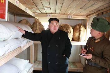 150312 - SK - KIM JONG UN - Inspektion einer Inselverteidigungskompanie durch Marschall KIM JONG UN - 07 - 조선인민군 최고사령관 김정은동지께서 동해안전방초소를 지키고있는 신도방어중대를 시찰하시였다