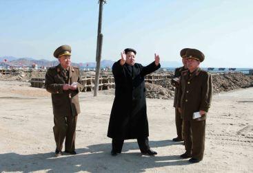 150314 - SK - KIM JONG UN - Marschall KIM JONG UN besuchte den Bauplatz eines Fischfangbetriebes - 01 - 경애하는 김정은동지께서 5월27일수산사업소건설장을 현지지도하시였다