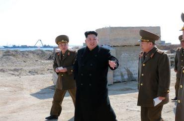 150314 - SK - KIM JONG UN - Marschall KIM JONG UN besuchte den Bauplatz eines Fischfangbetriebes - 04 - 경애하는 김정은동지께서 5월27일수산사업소건설장을 현지지도하시였다