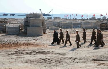 150314 - SK - KIM JONG UN - Marschall KIM JONG UN besuchte den Bauplatz eines Fischfangbetriebes - 05 - 경애하는 김정은동지께서 5월27일수산사업소건설장을 현지지도하시였다