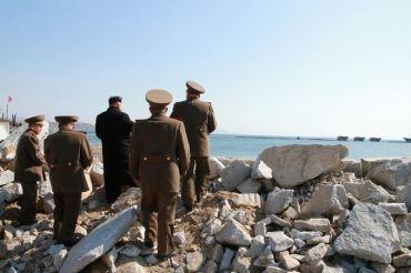 150314 - SK - KIM JONG UN - Marschall KIM JONG UN besuchte den Bauplatz eines Fischfangbetriebes - 09 - 경애하는 김정은동지께서 5월27일수산사업소건설장을 현지지도하시였다