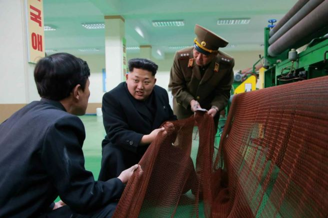 150318 - RS - KIM JONG UN - Marschall KIM JONG UN besichtigte das Kombinat für Fischergeräte der KVA - 01 - 경애하는 김정은동지께서 조선인민군 어구종합공장을 현지지도하시였다