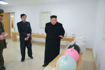 150318 - SK - KIM JONG UN - Marschall KIM JONG UN besichtigte das Kombinat für Fischergeräte der KVA - 01 - 경애하는 김정은동지께서 조선인민군 어구종합공장을 현지지도하시였다