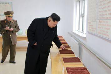 150318 - SK - KIM JONG UN - Marschall KIM JONG UN besichtigte das Kombinat für Fischergeräte der KVA - 03 - 경애하는 김정은동지께서 조선인민군 어구종합공장을 현지지도하시였다