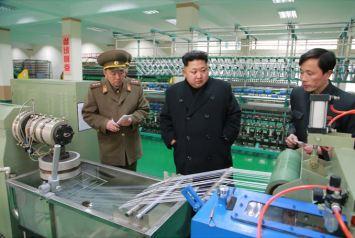 150318 - SK - KIM JONG UN - Marschall KIM JONG UN besichtigte das Kombinat für Fischergeräte der KVA - 07 - 경애하는 김정은동지께서 조선인민군 어구종합공장을 현지지도하시였다