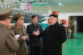 150318 - SK - KIM JONG UN - Marschall KIM JONG UN besichtigte das Kombinat für Fischergeräte der KVA - 08 - 경애하는 김정은동지께서 조선인민군 어구종합공장을 현지지도하시였다