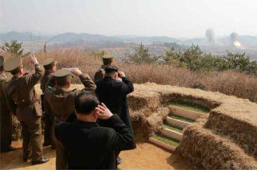 150320 - RS - KIM JONG UN - Marschall KIM JONG UN sah sich eine Übung der Luftwaffe an - 05 - 조선인민군 최고사령관 김정은동지께서 조선인민군 항공 및 반항공군의 비행장타격 및 복구훈련을 보시였다
