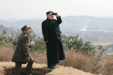 150320 - SK - KIM JONG UN - Marschall KIM JONG UN sah sich eine Übung der Luftwaffe an - 07 - 조선인민군 최고사령관 김정은동지께서 조선인민군 항공 및 반항공군의 비행장타격 및 복구훈련을 보시였다