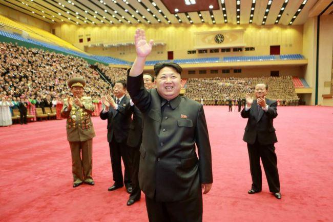 150327 - RS - KIM JONG UN - Marschall KIM JONG UN liess sich mit den Teilnehmern des 7. Landestreffens der Sportler fotografieren - 01 - 경애하는 김정은동지께서 제7차 전국체육인대회 참가자들과 함께 기념사진을 찍으시였다