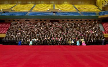 150327 - RS - KIM JONG UN - Marschall KIM JONG UN liess sich mit den Teilnehmern des 7. Landestreffens der Sportler fotografieren - 03 - 경애하는 김정은동지께서 제7차 전국체육인대회 참가자들과 함께 기념사진을 찍으시였다