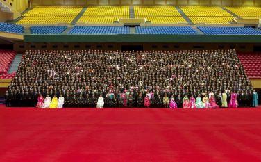 150327 - RS - KIM JONG UN - Marschall KIM JONG UN liess sich mit den Teilnehmern des 7. Landestreffens der Sportler fotografieren - 04 - 경애하는 김정은동지께서 제7차 전국체육인대회 참가자들과 함께 기념사진을 찍으시였다