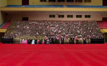 150327 - RS - KIM JONG UN - Marschall KIM JONG UN liess sich mit den Teilnehmern des 7. Landestreffens der Sportler fotografieren - 05 - 경애하는 김정은동지께서 제7차 전국체육인대회 참가자들과 함께 기념사진을 찍으시였다