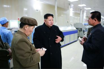 150408 - SK - KIM JONG UN - Marschall KIM JONG UN besuchte das Werk für Schwachstromgeräte Pyongyang - 08 - 경애하는 김정은동지께서 평양약전기계공장을 현지지도하시였다