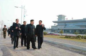 150412 - RS - KIM JONG UN - Marschall KIM JONG UN besuchte die Baustelle des Terminals 2 des Internationalen Flughafens Pyongyang - 09 - 경애하는 김정은동지께서 완공단계에 이른 평양국제비행장 2항공역사건설장을 현지지도하시였다