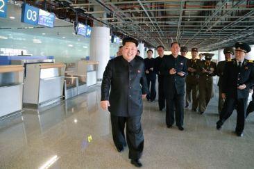 150412 - SK - KIM JONG UN - Marschall KIM JONG UN besuchte die Baustelle des Terminals 2 des Internationalen Flughafens Pyongyang - 03 - 경애하는 김정은동지께서 완공단계에 이른 평양국제비행장 2항공역사건설장을 현지지도하시였다