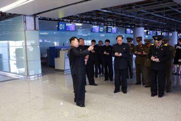 150412 - SK - KIM JONG UN - Marschall KIM JONG UN besuchte die Baustelle des Terminals 2 des Internationalen Flughafens Pyongyang - 04 - 경애하는 김정은동지께서 완공단계에 이른 평양국제비행장 2항공역사건설장을 현지지도하시였다