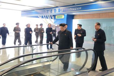 150412 - SK - KIM JONG UN - Marschall KIM JONG UN besuchte die Baustelle des Terminals 2 des Internationalen Flughafens Pyongyang - 08 - 경애하는 김정은동지께서 완공단계에 이른 평양국제비행장 2항공역사건설장을 현지지도하시였다