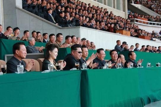 150414 - SK - KIM JONG UN - Marschall KIM JONG UN sah sich ein Herrenfußballspiel an - 01 - 경애하는 김정은동지께서 만경대상체육경기대회 남자축구 선봉팀과 홰불팀사이의 경기를 관람하시였다