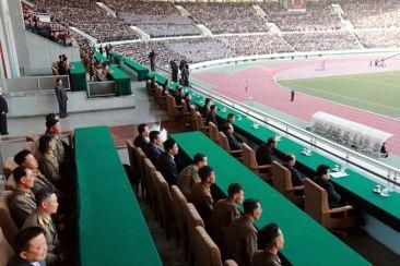 150414 - SK - KIM JONG UN - Marschall KIM JONG UN sah sich ein Herrenfußballspiel an - 05 - 경애하는 김정은동지께서 만경대상체육경기대회 남자축구 선봉팀과 홰불팀사이의 경기를 관람하시였다