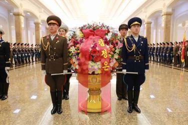 150415 - SK - Marschall KIM JONG UN besuchte zum Tag der Sonne den Sonnenpalast Kumsusan - 02