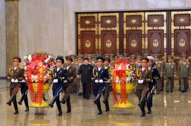 150415 - SK - Marschall KIM JONG UN besuchte zum Tag der Sonne den Sonnenpalast Kumsusan - 03