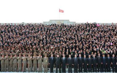 150416 - SK - KIM JONG UN - Marschall KIM JONG UN ließ sich mit den verdienstvollen Personen zum Andenken fotografieren - 02 - 경애하는 김정은동지께서 경비행기개발에 기여한 과학자, 기술자, 로동자, 일군들과 함께 기념사진을 찍으시였다