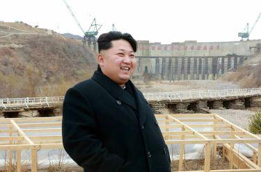 150420 - RS - KIM JONG UN - Marschall KIM JONG UN leitete die Bauarbeiten des Songun-Jugend-Kraftwerkes Paektusan - 01 - 경애하는 김정은동지께서 백두산선군청년발전소건설장을 현지지도하시였다