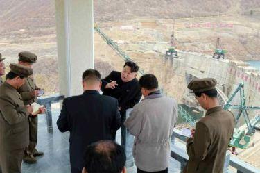 150420 - RS - KIM JONG UN - Marschall KIM JONG UN leitete die Bauarbeiten des Songun-Jugend-Kraftwerkes Paektusan - 03 - 경애하는 김정은동지께서 백두산선군청년발전소건설장을 현지지도하시였다