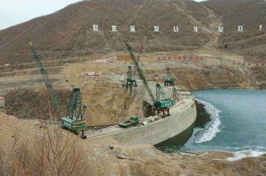 150420 - RS - KIM JONG UN - Marschall KIM JONG UN leitete die Bauarbeiten des Songun-Jugend-Kraftwerkes Paektusan - 06 - 경애하는 김정은동지께서 백두산선군청년발전소건설장을 현지지도하시였다
