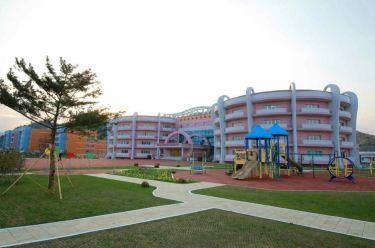 150422 - RS - KIM JONG UN - Marschall KIM JONG UN besichtigte den Bauplatz der Kinderkrippe und des Kindergartens für Waisen Wonsan - 05 - 경애하는 김정은동지께서 완공을 앞둔 원산육아원, 애육원을 현지지도하시였다