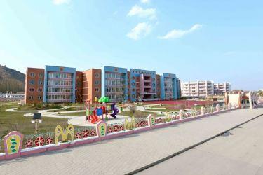 150423 - SK - Marschall KIM JONG UN besichtigte den Bauplatz der Kinderkrippe und des Kindergartens für Waisen Wonsan - 02