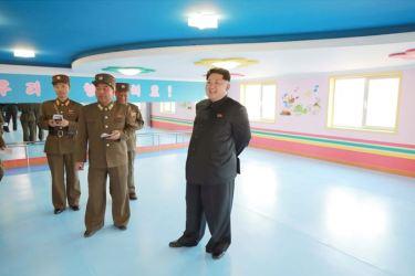 150423 - SK - Marschall KIM JONG UN besichtigte den Bauplatz der Kinderkrippe und des Kindergartens für Waisen Wonsan - 05