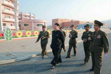 150423 - SK - Marschall KIM JONG UN besichtigte den Bauplatz der Kinderkrippe und des Kindergartens für Waisen Wonsan - 06