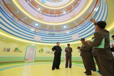 150423 - SK - Marschall KIM JONG UN besichtigte den Bauplatz der Kinderkrippe und des Kindergartens für Waisen Wonsan - 08