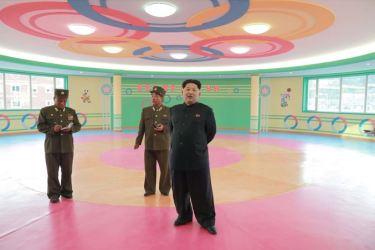 150423 - SK - Marschall KIM JONG UN besichtigte den Bauplatz der Kinderkrippe und des Kindergartens für Waisen Wonsan - 09