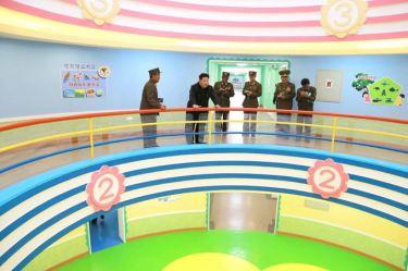 150423 - SK - Marschall KIM JONG UN besichtigte den Bauplatz der Kinderkrippe und des Kindergartens für Waisen Wonsan - 10
