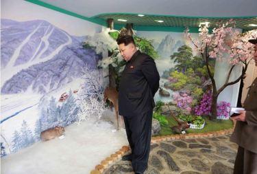 150423 - SK - Marschall KIM JONG UN besichtigte den Bauplatz der Kinderkrippe und des Kindergartens für Waisen Wonsan - 11