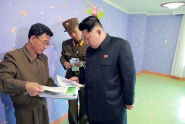 150423 - SK - Marschall KIM JONG UN besichtigte den Bauplatz der Kinderkrippe und des Kindergartens für Waisen Wonsan - 12