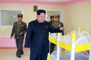 150423 - SK - Marschall KIM JONG UN besichtigte den Bauplatz der Kinderkrippe und des Kindergartens für Waisen Wonsan - 13