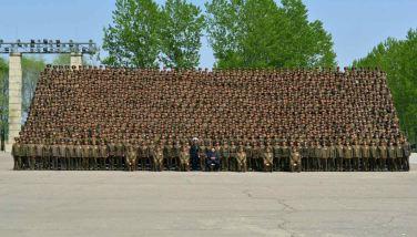 150501 - RS - KIM JONG UN - Genosse KIM JONG UN ließ sich mit den Teilnehmern einer Konferenz der Armee zum Andenken fotografieren - 02 - 조선인민군 최고사령관 김정은동지께서 조선인민군 제5차 훈련일군대회 참가자들과 함께 기념사진을 찍으시였다