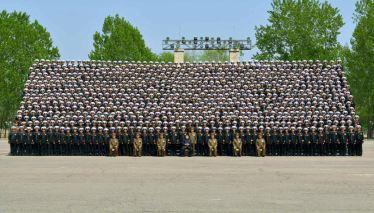 150501 - RS - KIM JONG UN - Genosse KIM JONG UN ließ sich mit den Teilnehmern einer Konferenz der Armee zum Andenken fotografieren - 03 - 조선인민군 최고사령관 김정은동지께서 조선인민군 제5차 훈련일군대회 참가자들과 함께 기념사진을 찍으시였다