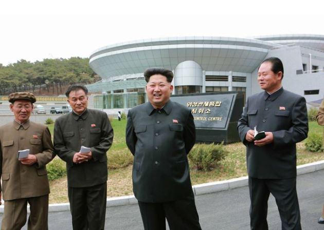 150503 - SK - KIM JONG UN - Marschall KIM JONG UN besuchte die Satellitenkontrollhauptstation - 01 - 경애하는 김정은동지께서 새로 건설한 국가우주개발국 위성관제종합지휘소를 현지지도하시였다