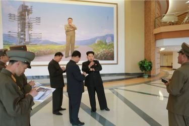150503 - SK - KIM JONG UN - Marschall KIM JONG UN besuchte die Satellitenkontrollhauptstation - 02 - 경애하는 김정은동지께서 새로 건설한 국가우주개발국 위성관제종합지휘소를 현지지도하시였다