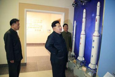 150503 - SK - KIM JONG UN - Marschall KIM JONG UN besuchte die Satellitenkontrollhauptstation - 03 - 경애하는 김정은동지께서 새로 건설한 국가우주개발국 위성관제종합지휘소를 현지지도하시였다