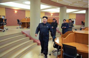 150503 - SK - KIM JONG UN - Marschall KIM JONG UN besuchte die Satellitenkontrollhauptstation - 04 - 경애하는 김정은동지께서 새로 건설한 국가우주개발국 위성관제종합지휘소를 현지지도하시였다