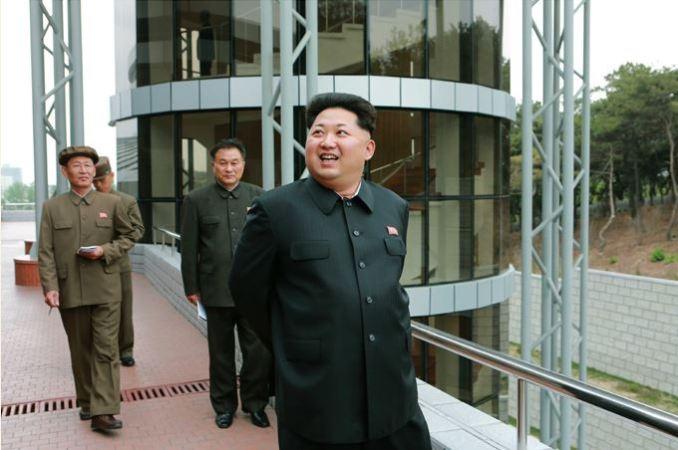 150503 - SK - KIM JONG UN - Marschall KIM JONG UN besuchte die Satellitenkontrollhauptstation - 05 - 경애하는 김정은동지께서 새로 건설한 국가우주개발국 위성관제종합지휘소를 현지지도하시였다